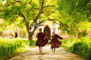 Jóvenes monjes en viaje a Myanmar